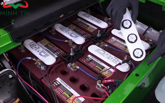 bảo dưỡng ắc quy xe điện sân golf